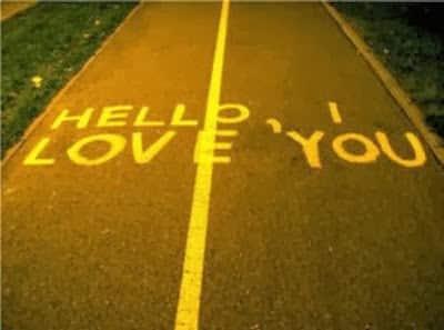 hollo love you ecris sur une route