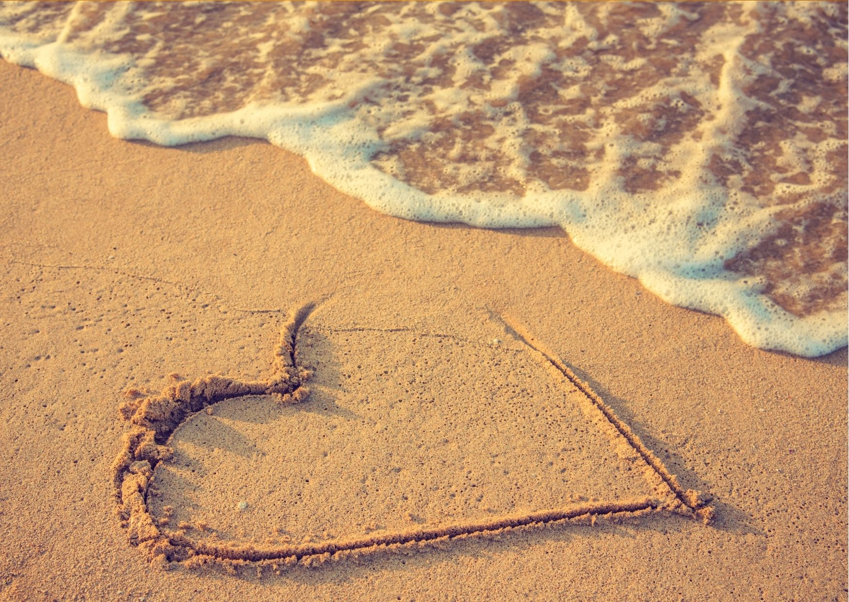 un coeur dans la plage